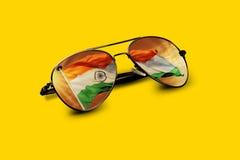 Den indiska flaggan reflekterade på flygaren Sunglasses på guling Arkivbild