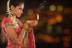 Den indiska flickan räcker hållande diwaliljus Royaltyfria Foton
