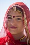 Den indiska flickan som bär den traditionella Rajasthani klänningen, deltar i ökenfestival i Jaisalmer, Rajasthan, Indien Royaltyfria Foton