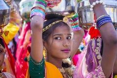 Den indiska flickan som bär den traditionella Rajasthani klänningen, deltar i ökenfestival i Jaisalmer, Rajasthan, Indien Arkivfoto