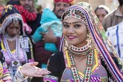 Den indiska flickan som bär den traditionella Rajasthani klänningen, deltar i ökenfestival i Jaisalmer, Rajasthan, Indien Arkivbild