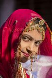 Den indiska flickan som bär den traditionella Rajasthani klänningen, deltar i ökenfestival i Jaisalmer, Rajasthan, Indien Royaltyfri Foto