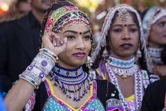 Den indiska flickan som bär den traditionella Rajasthani klänningen, deltar i ökenfestival i Jaisalmer, Rajasthan, Indien Arkivbilder