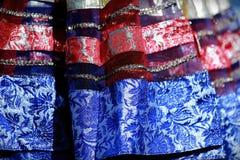 Den indiska färgrika klänningen med pärlor och kristaller på kulturfestivalen marknadsför Arkivbild