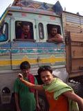 Den indiska grabben tar handling för ett foto med en buss, den Kolkata staden, INDI royaltyfria bilder