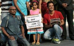 Den indiska gruppen utför gatalek fotografering för bildbyråer