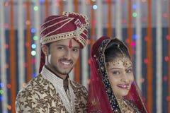 Den indiska hinduiska bruden & ansar ett lyckligt le par. royaltyfri foto