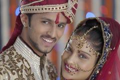 Den indiska hinduiska bruden & ansar ett lyckligt le par. arkivfoto