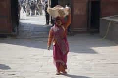Den indiska kvinnan bär sand på hennes huvud indisk kvinna Indien nya Delhi-Januari 31, 2009 arkivbilder