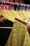 Den indiska kvinnan beklär chudidars på hängare i skärm royaltyfri foto