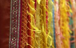 Den indiska kvinnan beklär Sarees eller sari på hängare royaltyfria bilder