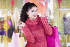 Den indiska kvinnan bär shoppingpåsar i köpcentrum Arkivfoto
