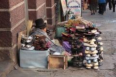 Den indiska kvinnan säljer skor i gatan, La Paz, Bolivia Royaltyfri Foto