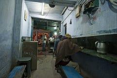 Den indiska mannen äter hans matställe i en låg budget- restaurang i Patna royaltyfria foton