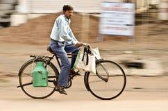 Den indiska mannen rider på cykeln som panorerar en kamera Fotografering för Bildbyråer
