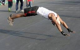 Den indiska mannen skjuter ups och hoppet upp från golvet Royaltyfri Fotografi