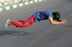 Den indiska mannen skjuter ups och hoppet upp från golvet Fotografering för Bildbyråer
