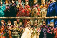 Den indiska marknaden ställer ut med roliga handgjorda dockor i traditionella dräkter Marknadsplats med leksaker för barn i Indie Royaltyfri Foto
