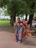 Den indiska musikern i folk kostymerar att spela infödd musik på gatan Royaltyfri Bild