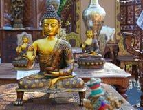 Den indiska souvenirstatyn av Buddha i en gata shoppar royaltyfri foto