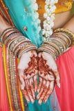 Den indiska tatueringen för henna för brudvisningmenhdien med gruppen av blänker förestående armringar på hennes handled, närbild royaltyfri fotografi