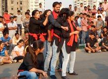 Den indiska teatergruppen utför gatalek royaltyfria foton