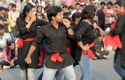 Den indiska teatergruppen utför gatalek fotografering för bildbyråer