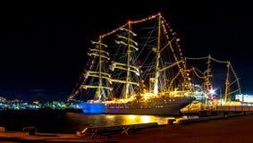 Den indonesiska segelbåten KRI Bima Suki förtöjde på natten på en brygga i centret av det avlägset - östra staden av Vladivostok  royaltyfri bild