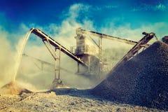 Den industriella krossen - vagga den krossande maskinen för stenen Arkivfoton