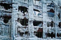 Den industriella lagerfabriken vände in i en isslott efter en brand Royaltyfri Foto