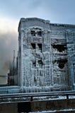 Den industriella lagerfabriken vände in i en isslott efter en brand Arkivfoton