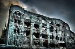 Den industriella lagerfabriken vände in i en isslott efter en brand Royaltyfri Fotografi