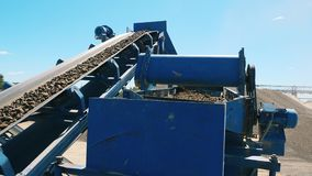 Den industriella maskinen bryter sten grus utomhus stock video