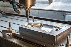 Den industriella metallformen/dör malning. Metalworking. Royaltyfri Fotografi