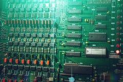 Den industriella microcircuiten, kontrollant för hisskontroll, skrivev ut moderkortet med transistorer och säkringar och mikropro Arkivbilder