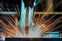 Den industriella roboten svetsar den automatiska delen i fabrik Fotografering för Bildbyråer