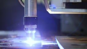 Den industriella robotic laser-skäraren klipper metalldelar med stor precision precis som en kniv till och med smör stock video