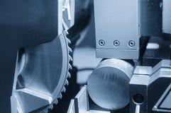 Den industriella sågen för att klippa metallstången Arkivfoto