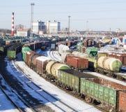 Den industriella sikten med lotten av fraktjärnvägen utbildar waggons Royaltyfria Bilder