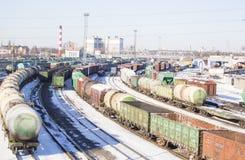 Den industriella sikten med lotten av fraktjärnvägen utbildar waggons Royaltyfria Foton