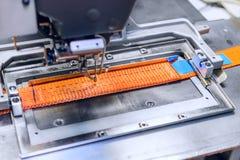 Den industriella symaskinen syr en spärrhjulrem Fotografering för Bildbyråer