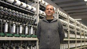Den industriella teknikern i textil maler Royaltyfria Bilder