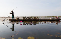 Den infödda fiskaren startade att arbeta tidigt i fartyget i morgonen i Thailand Royaltyfri Fotografi