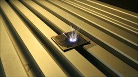 Den infraröda laserstrålen inristar titanplattan stock video