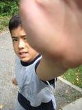 den ingen pojken säger stoppet Arkivfoto