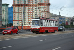 Den ingen spårvagnen 10 går på den Stroginsky bron Arkivfoton