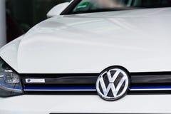 Den inkopplingshybrid- Volkswagen e-golf elbilen står vid uppladdningsstationen framme av Glasernen Manufaktur - genomskinlig fab Fotografering för Bildbyråer