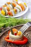 Den inlagda sillen rullar med grönsaker fotografering för bildbyråer