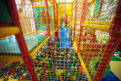 Den inomhus lekplatsen med färgrik plast- klumpa ihop sig för barn Arkivbilder