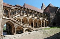 Den inre borggården av den Corvin slotten i Transylvania Royaltyfri Fotografi